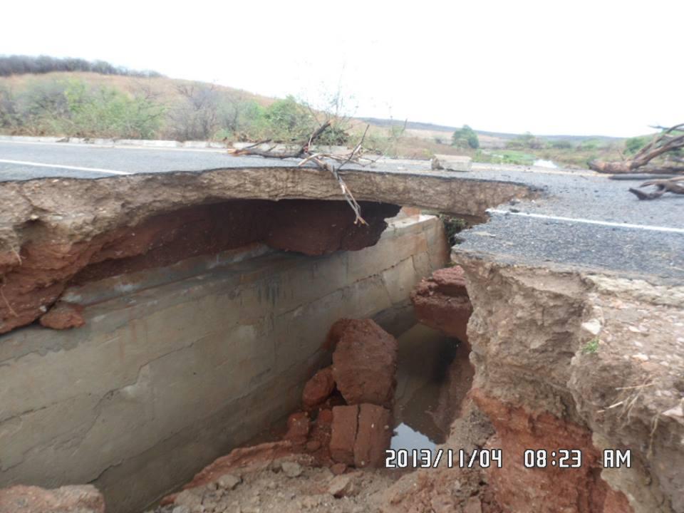 Motivo da destruição da via foi a forte chuva na região registrada na madrugada de segunda (FOTO: Iguatu.Net)
