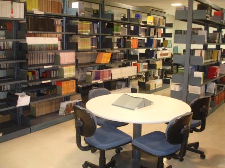 O técnico foi flagrado ao sair da biblioteca portando cinco livros sob as roupas (FOTO: Divulgação)