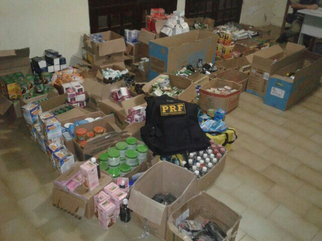 A Polícia Rodoviária Federal (PRF) prendeu quatro homens que transportavam em um carro remédios falsificados.