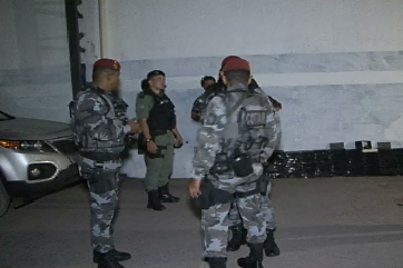 Policiais desconfiaram da movimentação e realizaram a vistoria (FOTO: Reprodução/TV Jangadeiro)