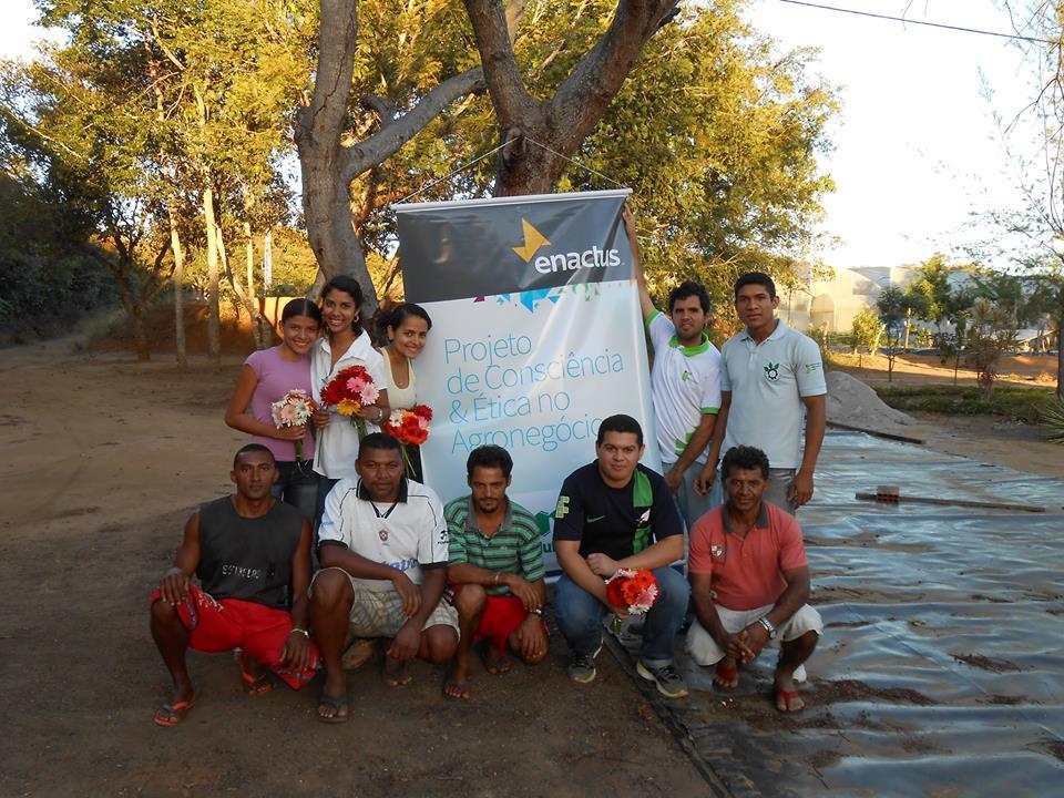 Sete famílias de agricultores e 12 estudantes do IFCE fazem parte do projeto Flores do Cariri (FOTO: Flores do Cariri)