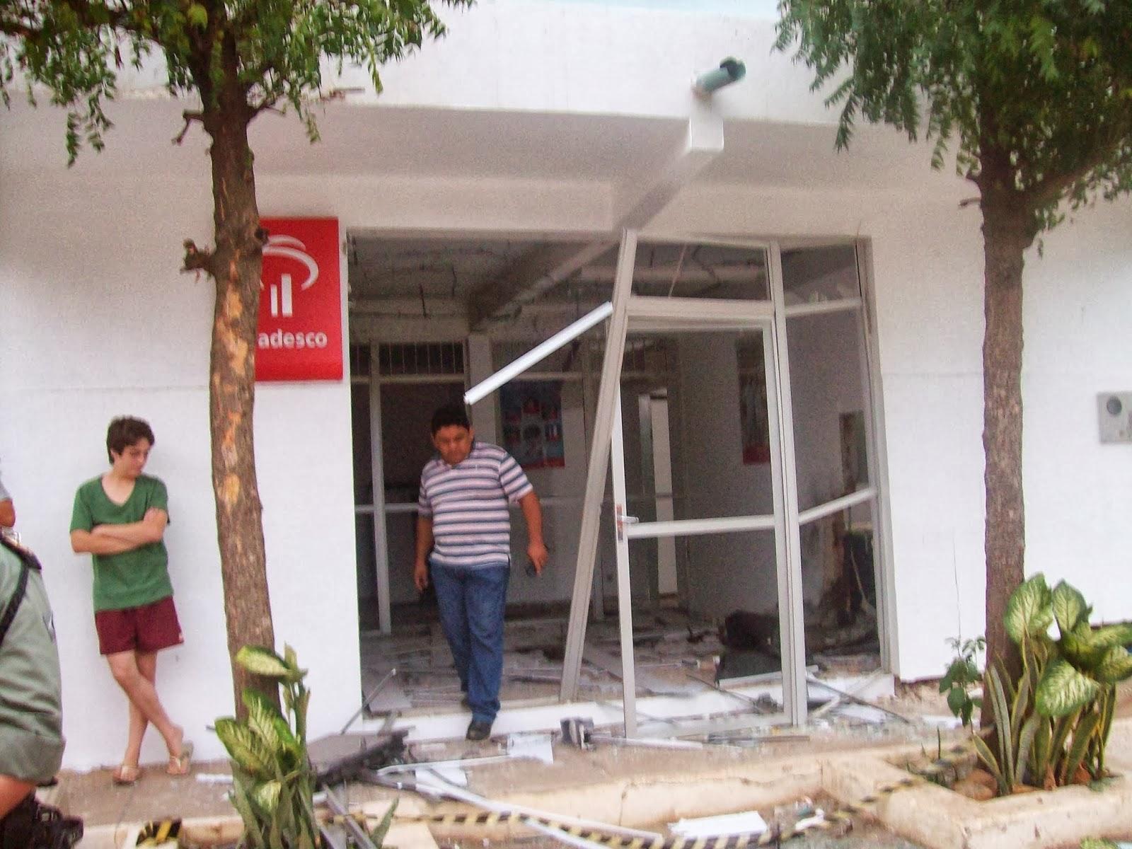 Um grupo explodiu um caixa eletrônico do Banco Bradesco na madrugada desta sexta-feira (29) em Meruoca (FOTO: Blog Wilson Gomes)