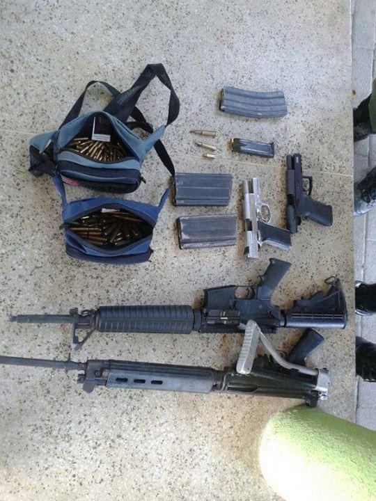 Armas apreendidas na ação: duas pistolas e dois fuzis, sendo um ar15 e um 762 (FOTO: Polícia - Forças & Ação/ Reprodução Facebook)