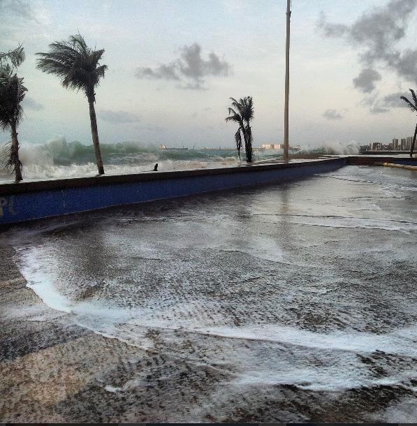 Capitania dos Portos alerta para ondas de até 2,5 metros. (Foto: Omar Jacob)