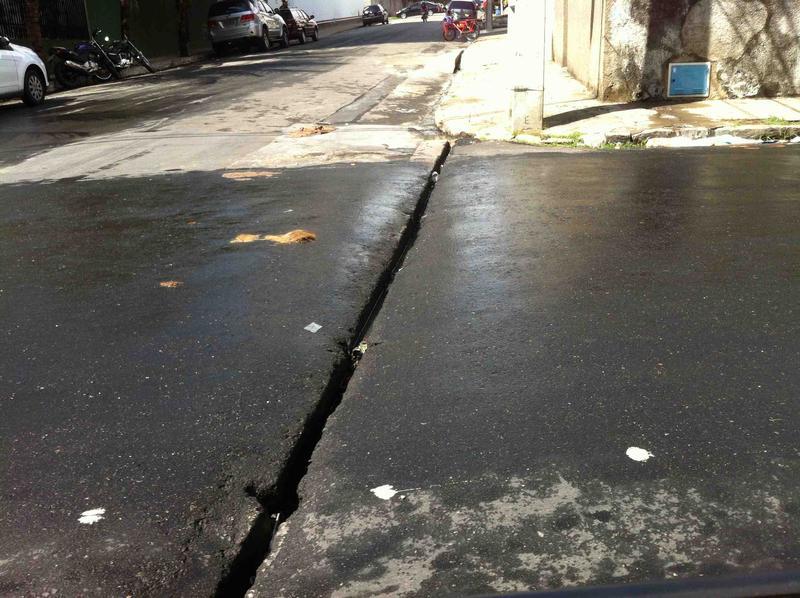 Desnível na Rua Ana Bilhar, Bairro Meireles (FOTO: Reprodução/Colab.re)