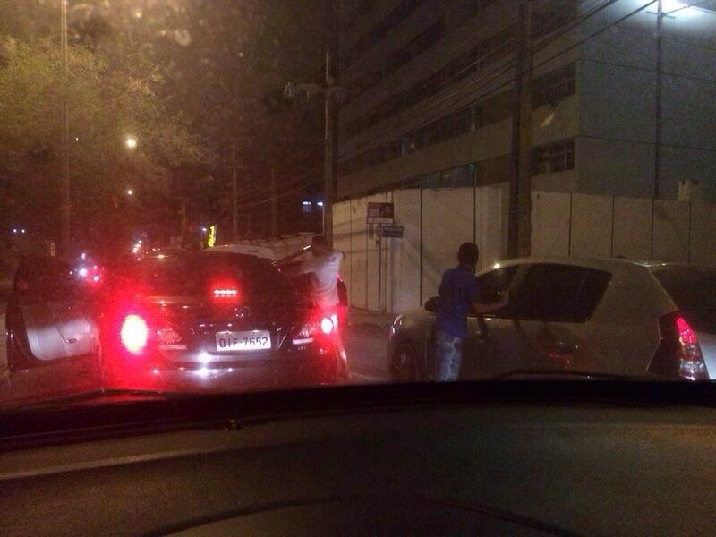Na foto, dois assaltantes são flagrados abordando carros na Avenida Padre Antônio Tomás (FOTO: Reprodução/Facebook)