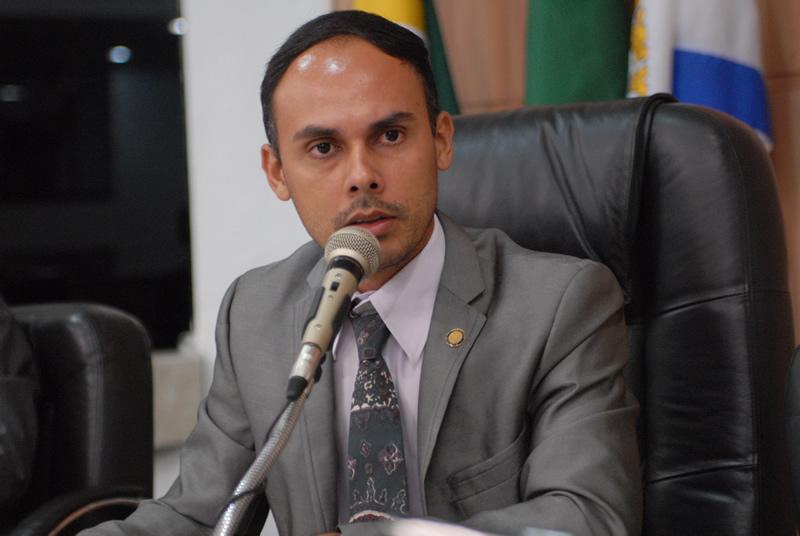 Vereador Márcio Cruz quer incentivar a adoção responsável (Foto: Genilson de Lima)