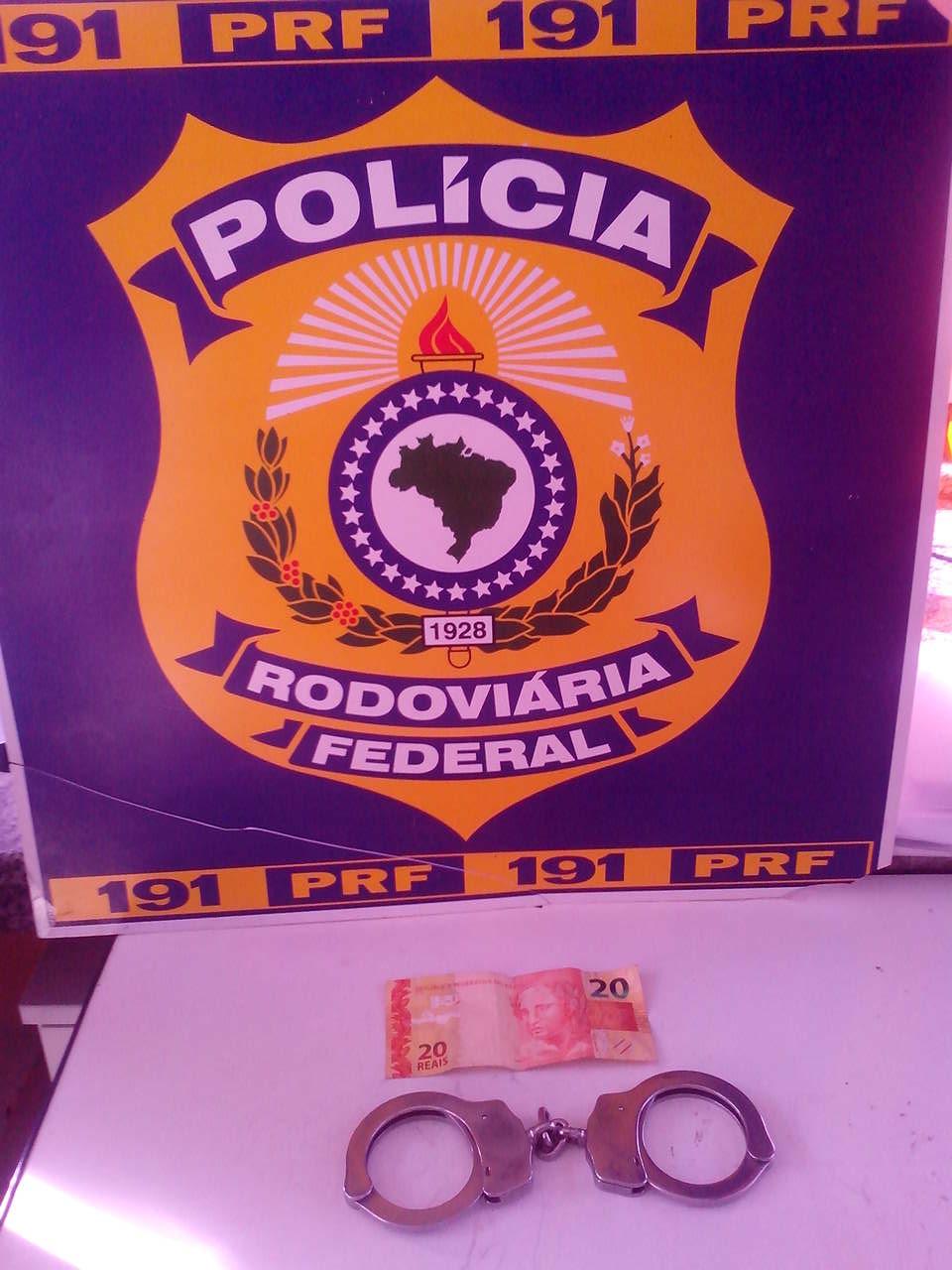 Sendo informado de que seria notificado pela infração ao Código de Trânsito Brasileiro, o condutor ofereceu R$ 20 ao policial que realizou a abordagem (FOTO: Divulgação/PRF)