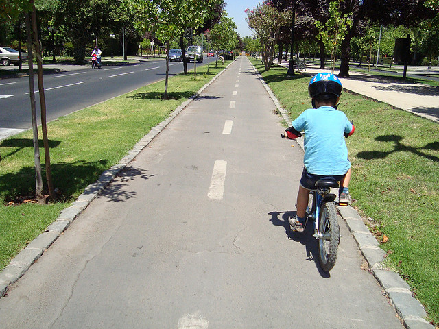 A bicicleta é uma diversão para as crianças. Mas também pode ser um meio de locomoção para os adultos. (FOTO: Flickr/ Creative Commons/ Cristian Borquez)