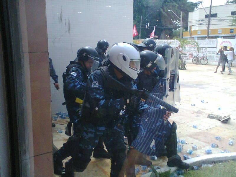 Manifestantes reivindicam reajustes salariais e melhores condições de trabalho (FOTO: Marcos Dublê/TV Jangadeiro)