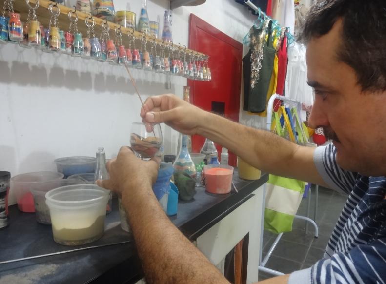 Há 30 anos, o artesão faz pinturas em copos (FOTO: Roberta Tavares/Tribuna do Ceará)