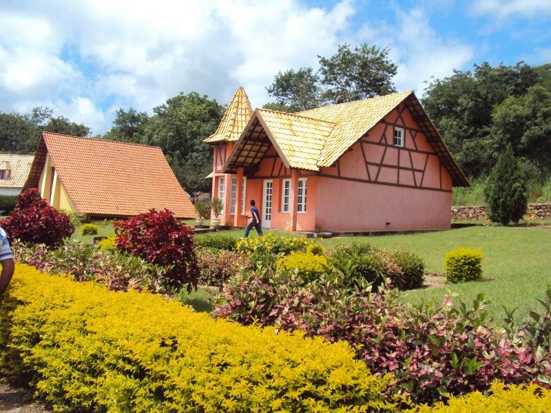 Casa no estilo francês e jardim com plantas europeias