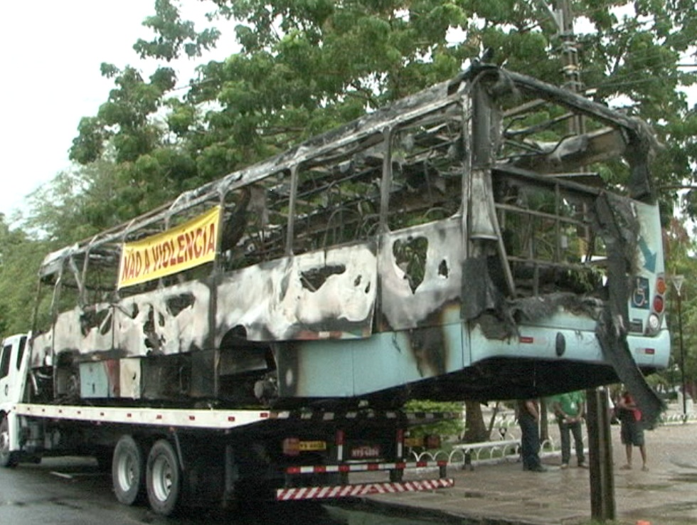 Nos últimos dias, oito coletivos foram incendiados na capital (FOTO: Reprodução/TV Jangadeiro)
