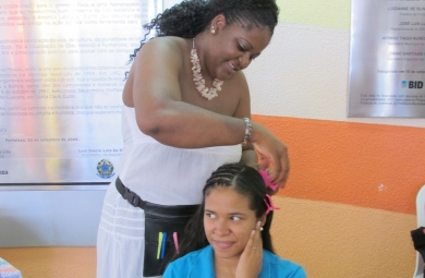 Os participantes aprenderão técnicas e formas de mudar o visual com produtos encontrados no dia a dia. (FOTO: Prefeitura de Fortaleza)