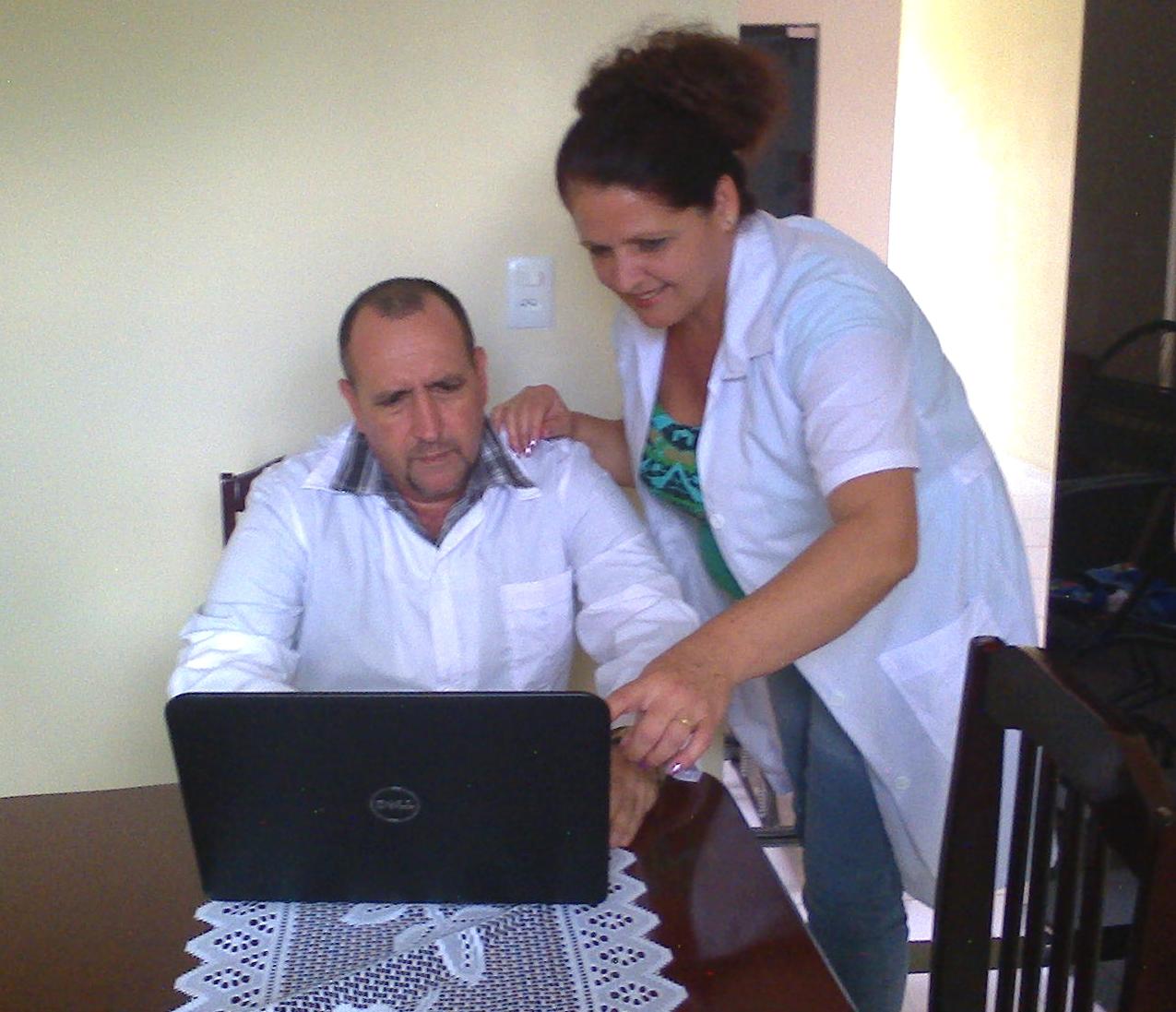 Casal de cubanos na residência em Reriutaba (FOTO: Arquivo pessoal)