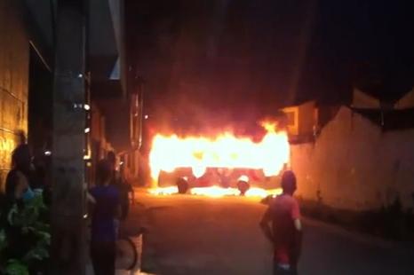Já foram oito ataques a ônibus em apenas três dias (FOTO: Reprodução)