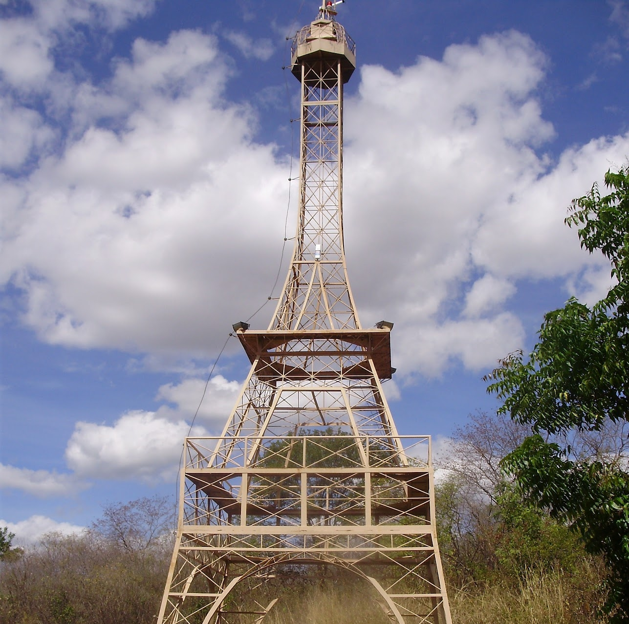 Torre Eiffel, com 32 metros, 10% do tamanho original