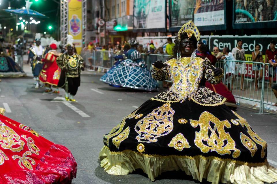 Na Avenida Domingos Olímpio, o já tradicional desfile de Blocos e Cordões encantou a multidão. (FOTO: Prefeitura de Fortaleza)
