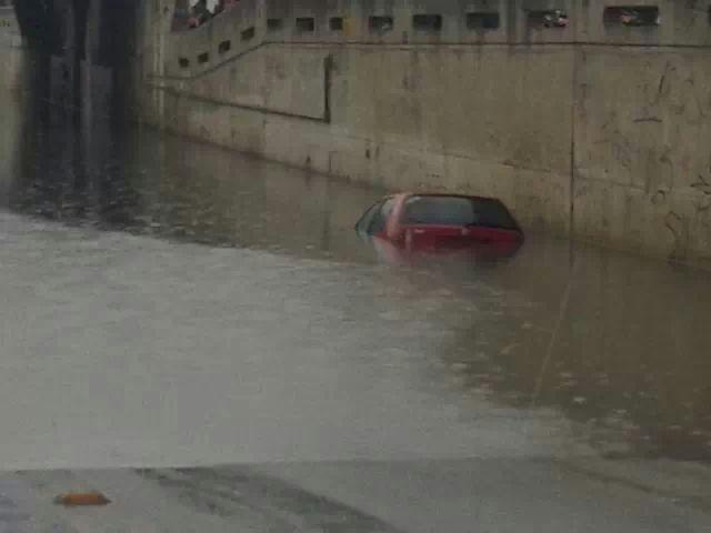 A chuva que começou na madrugada desta segunda-feira deixo o túnel da avenida Perimetral completamente alagado. (FOTO: Whatsapp Tribuna/ Jonathan Loiola)