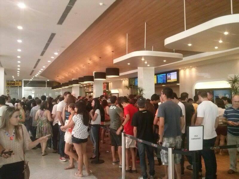 Procura por promoção em cinema gera grande fila (FOTO: Hayanne Narlla/ Tribuna do Ceará)