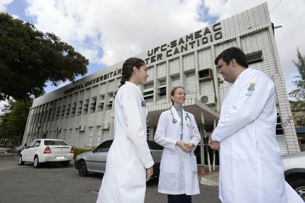 Imagem: Fachada do Hospital Universitário Walter Cantídio, referência em transplantes de fígado (Foto: Arquivo UFC)