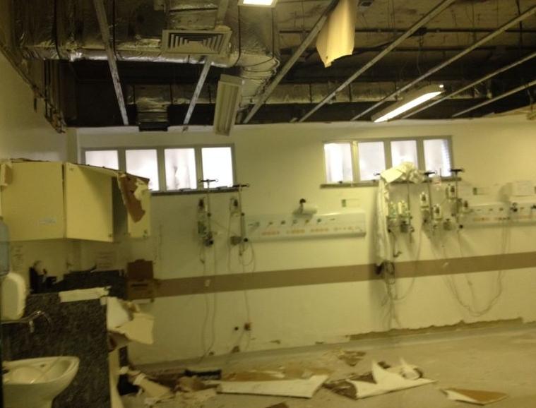Teto da Sala de Reanimação da unidade desabou (FOTO: Mayra Pinheiro)