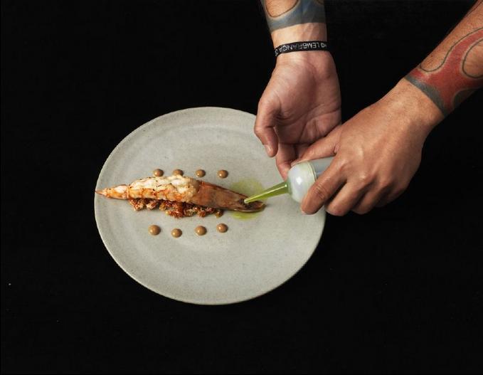 Camarão quase cru, emulsão de alho negro e azeite de coentro (FOTO: Arquivo pessoal)