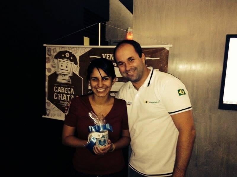Coordenador de Convergência Hélcio Brasileiro entrega prêmio (FOTO: Tribuna do Ceará)