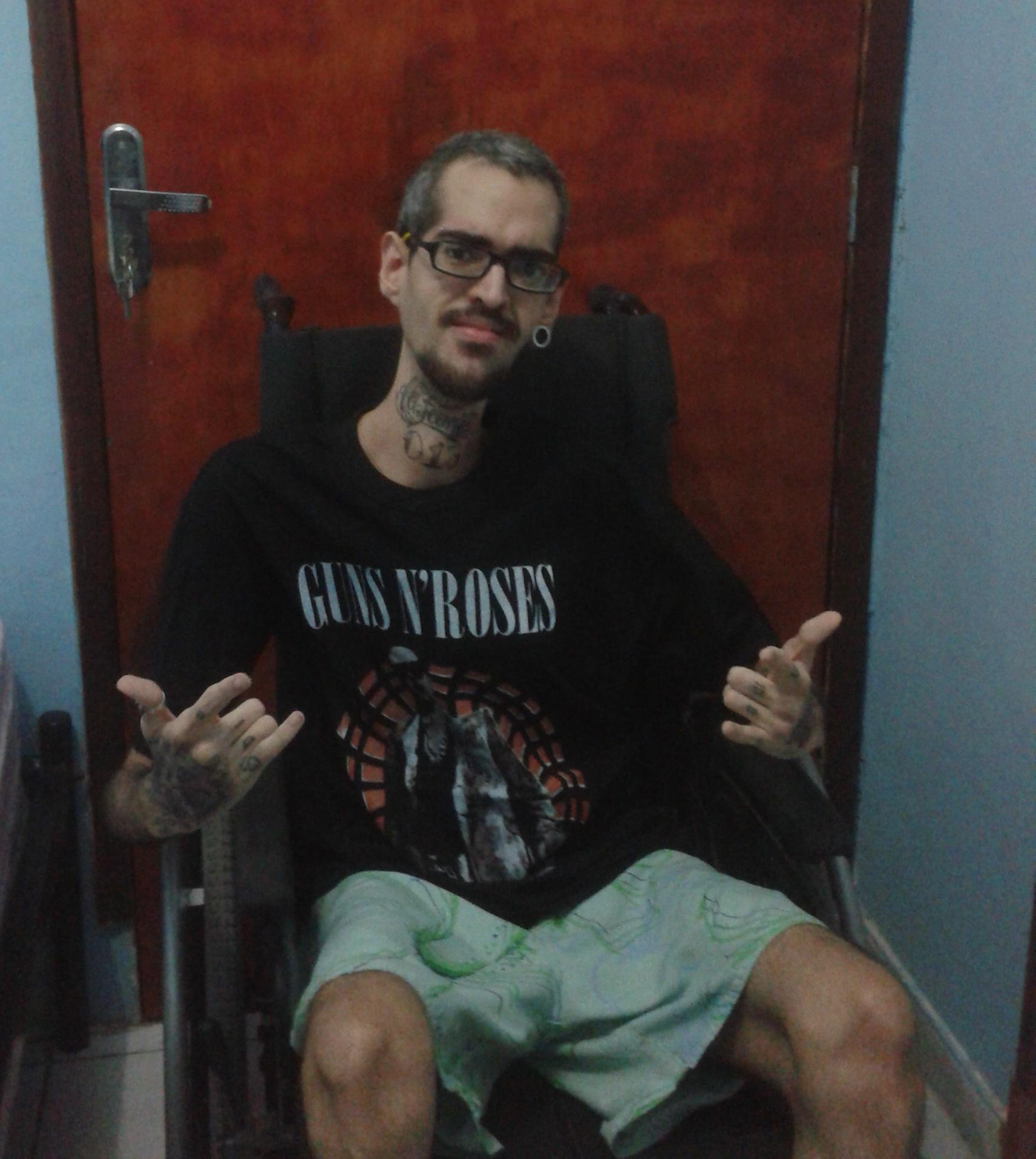 Francisco Wilker Girão (26) nasceu com distrofia muscular e deseja assistir o show da banda Guns N' Roses com segurança. (FOTO: Arquivo pessoal)