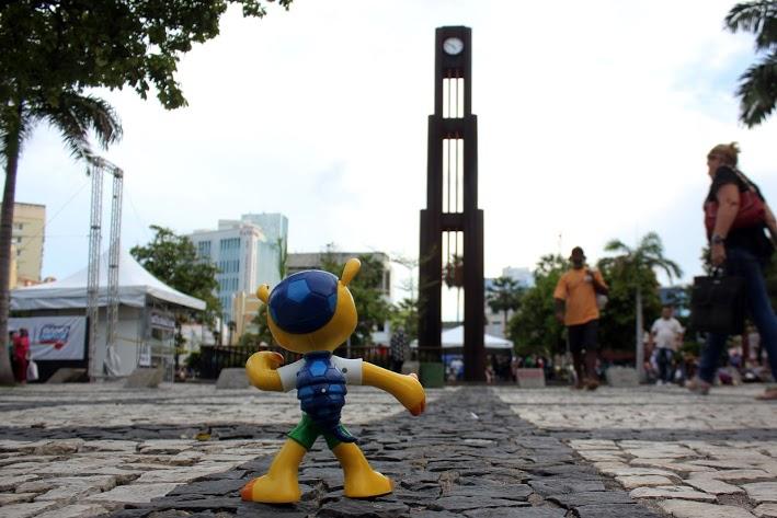 A Praça do Ferreira encantou o Fuleco. Ele conheceu muita gente lá (FOTO: Renato Ferreira/ Tribuna do Ceará)