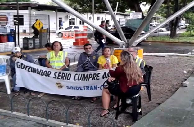 Acorrentados, eles acusam a gestão estadual de cancelar pela sétima vez uma reunião que definiria o futuro dos servidores (FOTO: Tribuna do Ceará)