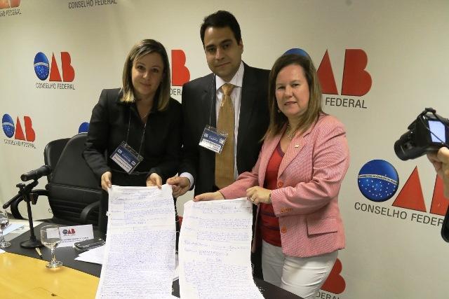 Representantes da OAB recebem habeas corpus escrito em lençol (FOTO: Divulgação/OAB)