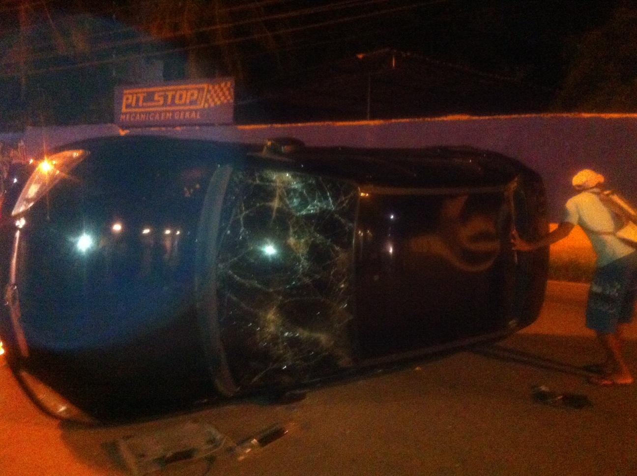Carro depredado em percurso da manifestação (FOTO: Gustavo Vieira/ Tribuna do Ceará)