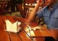 Cearense inventa porta-guardanapos que carrega celulares (FOTO: Divulgação)