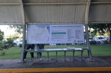 O embarque será realizado em uma parada de ônibus localizada no piso térreo do Aeroporto, onde um grande painel informativo oferece informações (FOTO: DIVULGAÇÃO/PREFEITURA DE FORTALEZA)