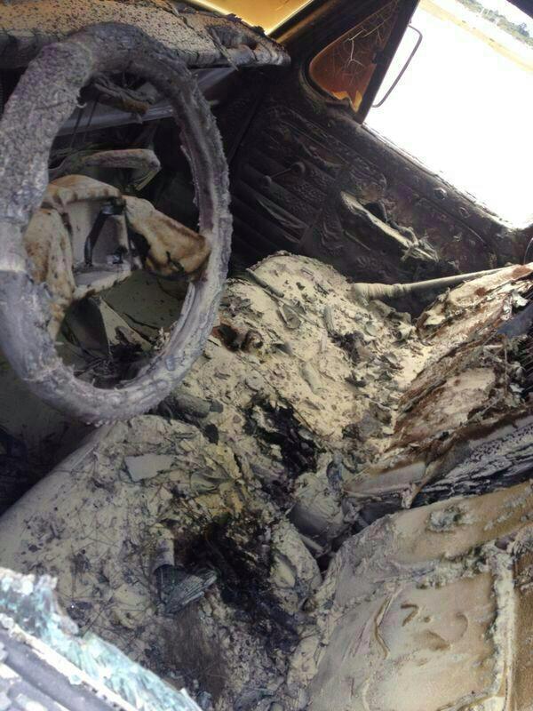 Carros são apedrejados e incendiados em manifestação (FOTO: TV Jangadeiro/ Walbert Costa)