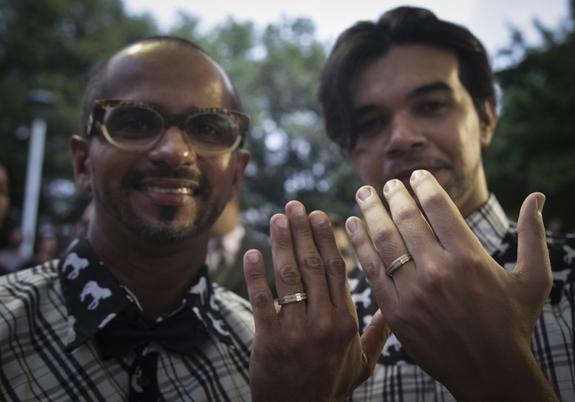 Em Fortaleza, 30 casais oficializaram a união e comemoraram a conquista da classe LGBT (FOTO: Thiago Gaspar/Prefeitura de Fortaleza)