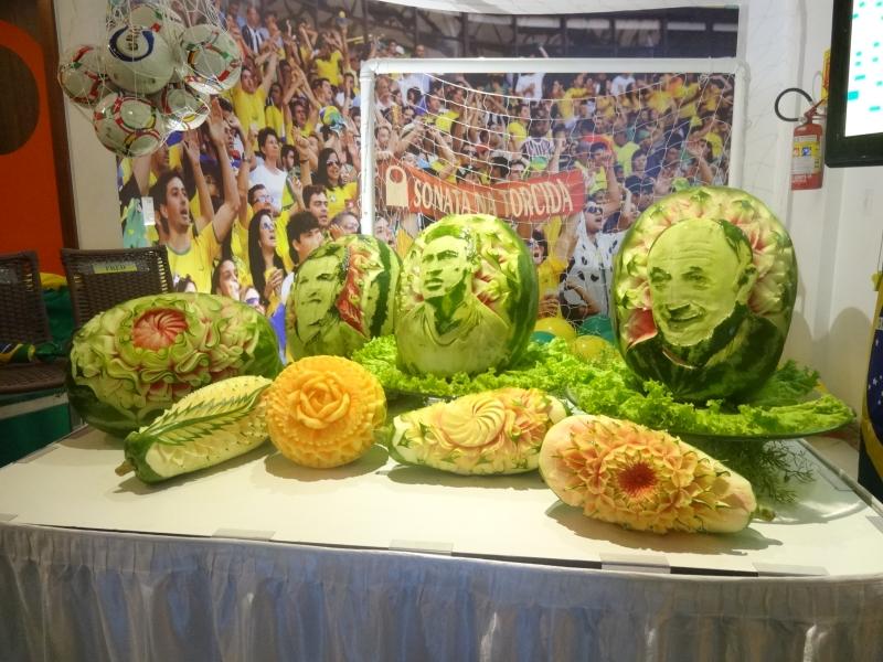 Isaac fez esculturas dos ídolos do futebol brasileiro em melancias (FOTO: Tribuna do Ceará/ Hayanne Narlla)