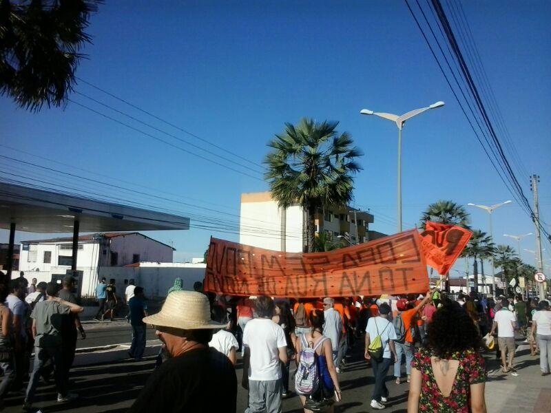 Manifestantes fazem protesto contra os gastos da Copa do Mundo Fifa nas ruas que dão acesso ao estádio Castelão, em Fortaleza (FOTO: HAYANNE NARLLA/TRIBUNA DO CEARÁ)