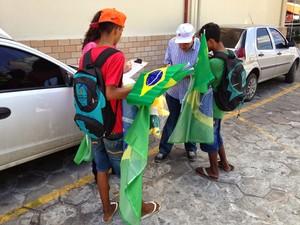 Crianças estavam vendendo produtos para a Copa, principalmente bandeiras (FOTO: Divulgação/MPT)