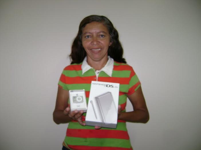 Evele com os prêmios de uma das promoções que ganhou (FOTO: Arquivo pessoal)