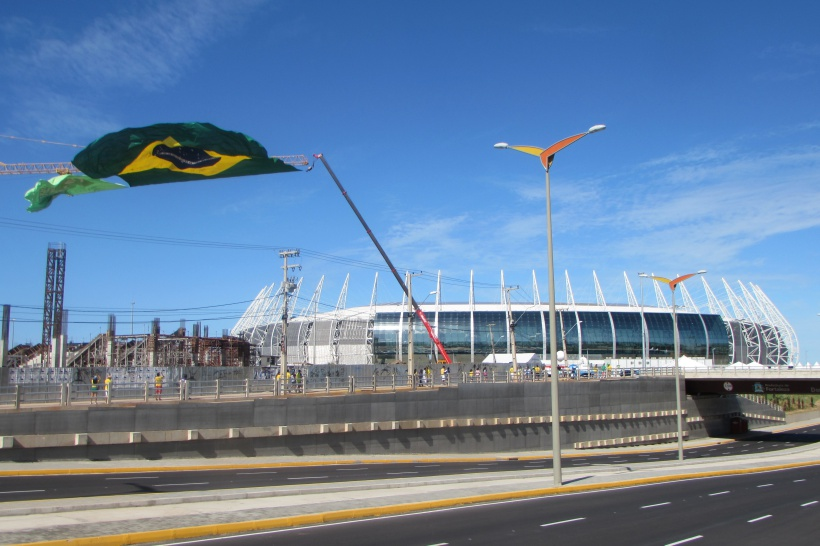Bandeirão com mais 100 quilos é colocado ao lado do Castelão (FOTO: Thiago Cafardo/ Portal da Copa)