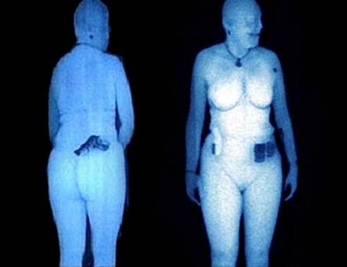 O body scanner faz a inspeção do visitante por meio de feixes de raio-X (Foto: Divulgação)