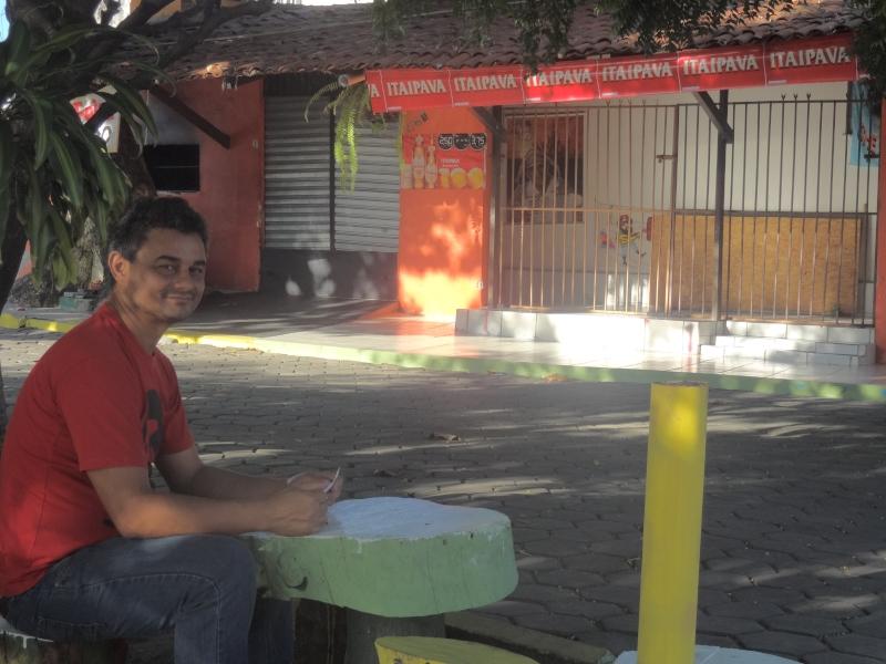 Carlos tem um bar há 10 anos e teme que praça, onde trabalha, seja extinta (FOTO: Hayanne Narlla/ Tribuna do Ceará)