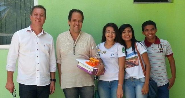Para angariar fundos, os estudantes pediram patrocínio ao empresário Gilmar Bender, que os apadrinhou com as passagens aéreas para Colômbia. (FOTO: Arquivo Pessoal)
