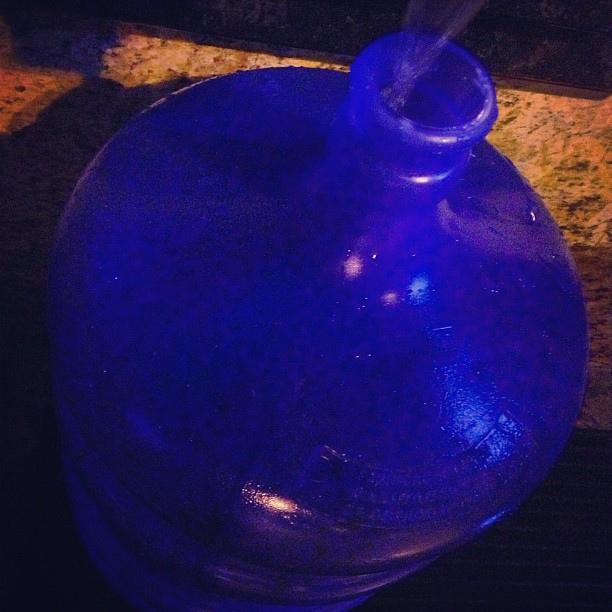 Mãe de detento tenta entrar com garrafão de 20 litros com de cachaça (FOTO: Flickr/ Creative Commons/ Mark Hillary)