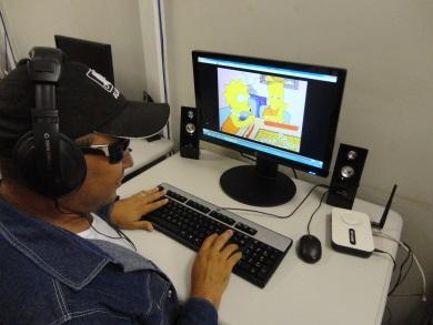 Técnico em Meio Ambiente e deficiente visual do Núcleo, Francisco Alves dos Santos, testa o programa. (FOTO: Arquivo Pessoal)