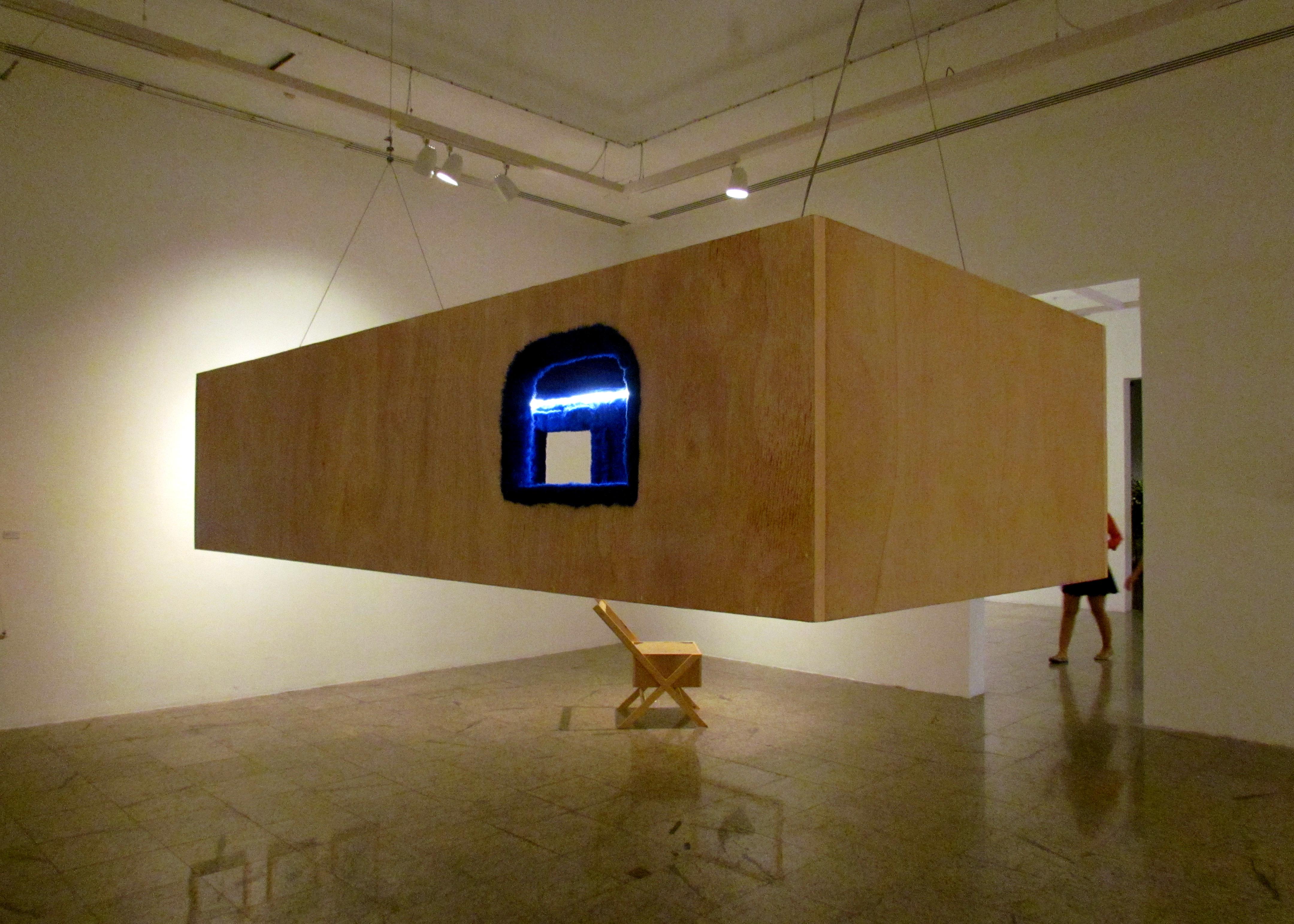 """""""Tudo se Deita"""", instalação com madeira, cabos de aço, iluminação de led e pelúcia. (FOTO: Arquivo Pessoal)"""