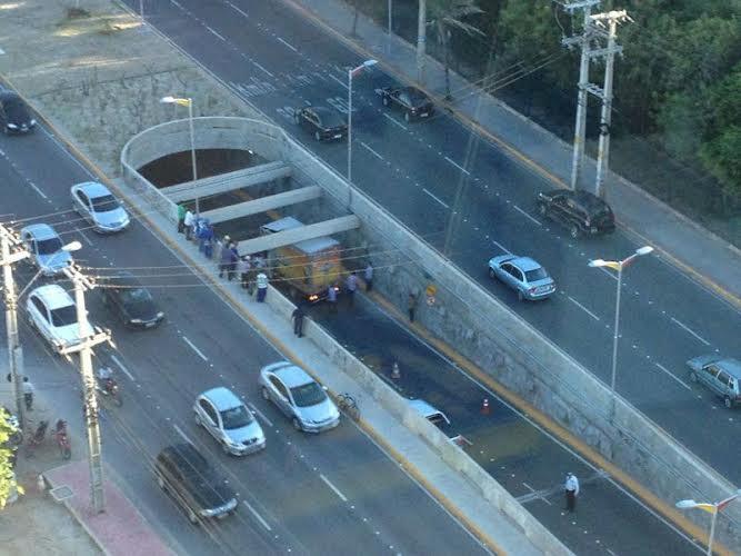 Caminhão colide com parte superior de túnel (FOTO: Divulgação)