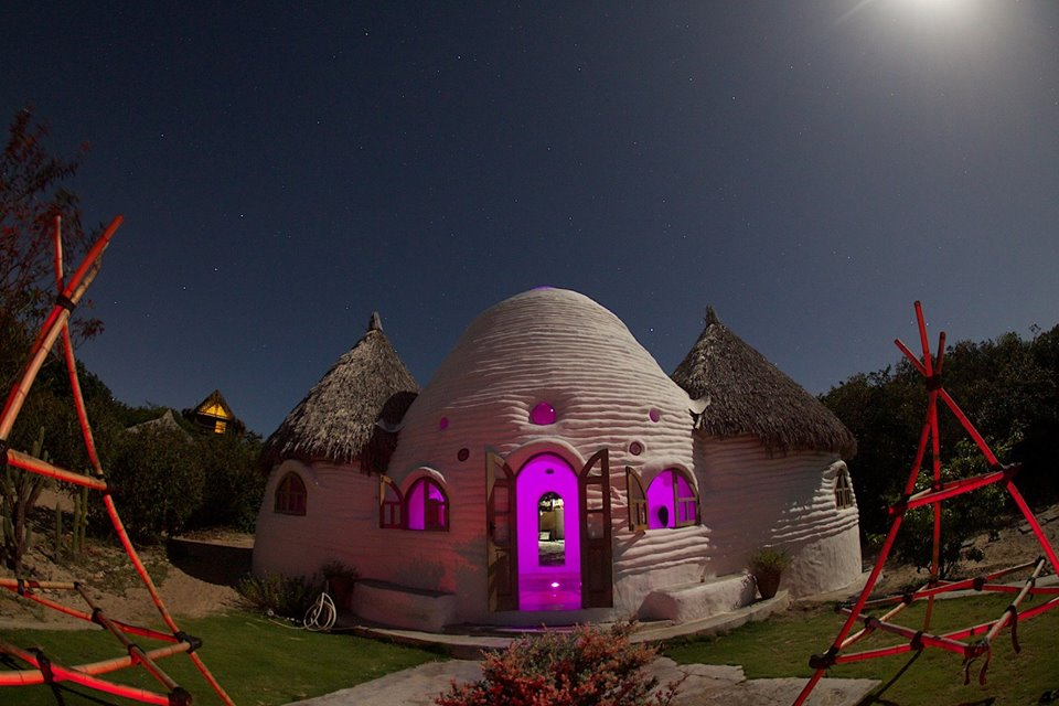 Casa foi construída com saco de arroz e areia (FOTO: Arquivo pessoal)